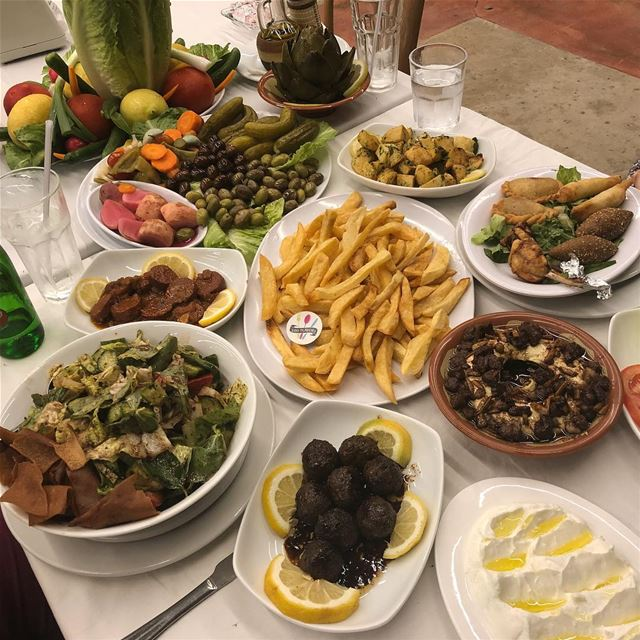 The perfect spread at the perfect place👌  merdechiyeh  zgharta @beit.al.ch (Beit Al Chaykha - Riviera Merdachieh Restaurant)